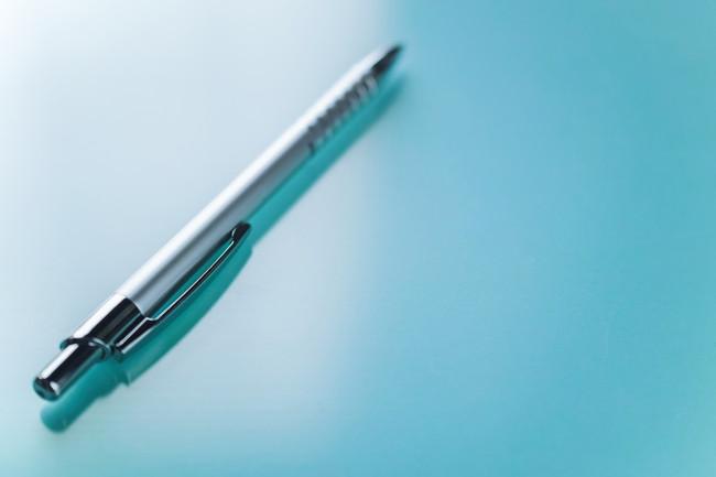 メタリックなボールペン