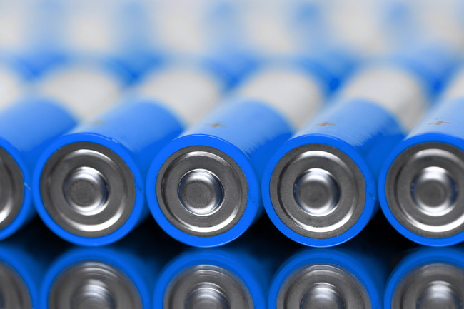 並べられた青い乾電池