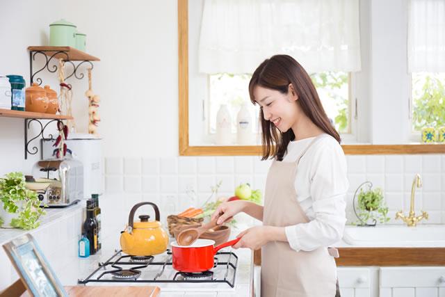 料理を笑顔で作る主婦