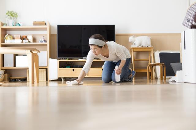 床の拭き掃除をする主婦