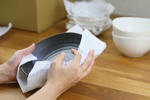 食器を梱包する様子