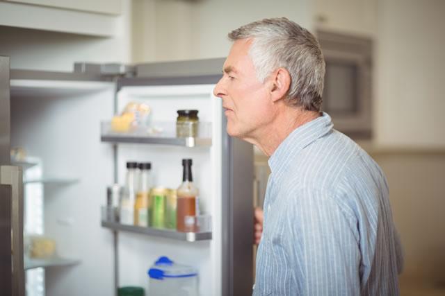 冷蔵庫を開ける老人