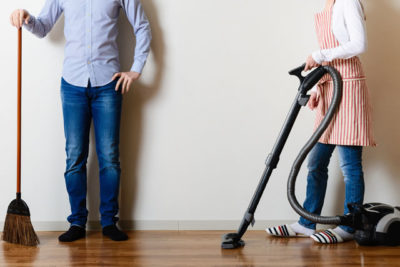 床掃除をする男女
