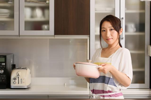 ホーロー鍋を持っている女性