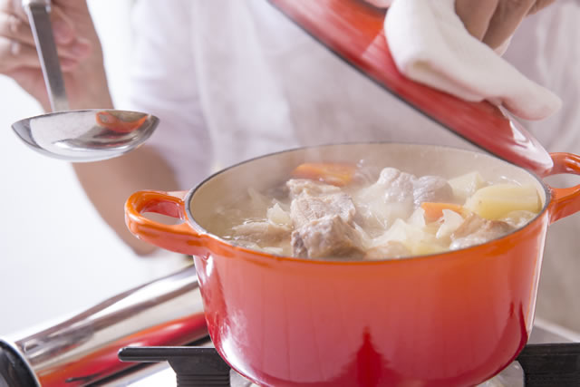 ホーロー鍋で調理している様子