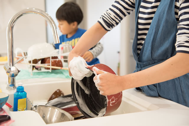 親子で洗い物している様子