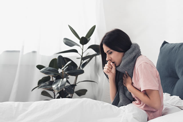 咳をしている女性