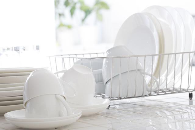 白いお皿やグラスがのった水切りかご