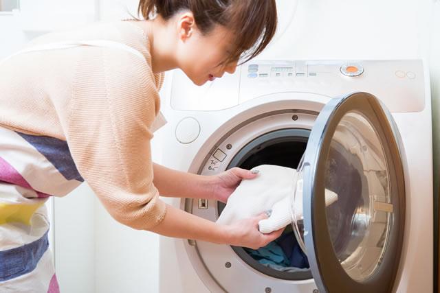 洗濯物を取り出す主婦