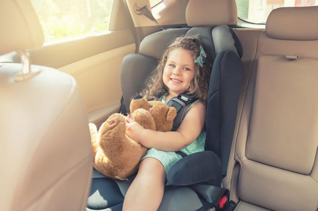 車内でぬいぐるみを抱く少女