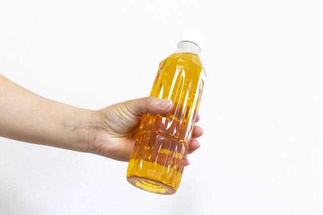 お茶の入ったペットボトル