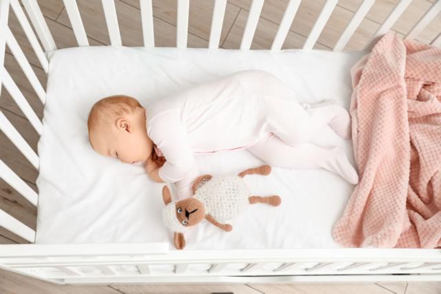 寝室で寝ている赤ちゃん