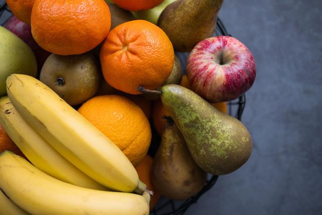 いろいろな果物がのったカゴ