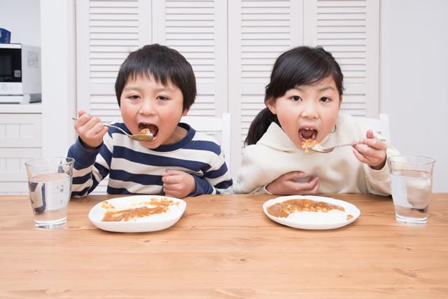 カレーを食べている子供