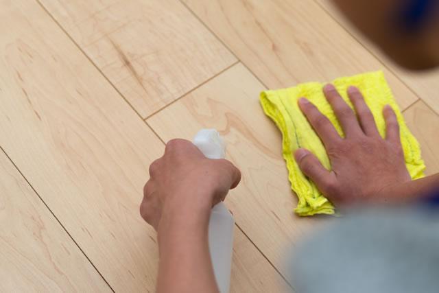 雑巾がけをする男性
