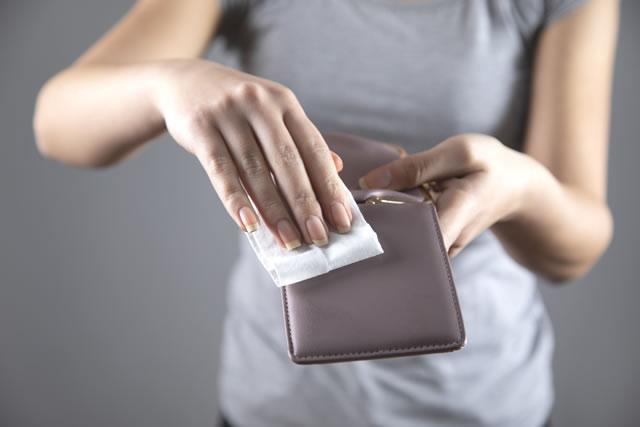 財布を拭く