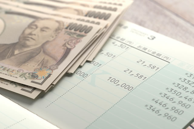 一万円札と貯金帳