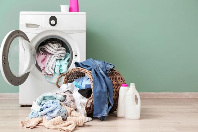 洗濯機と大量の衣類