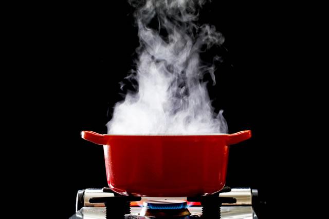 ホーロー鍋を空焚きしている様子