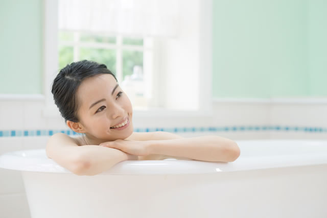 お風呂に入る若い女性