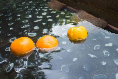 柑橘類の浮かぶ足湯