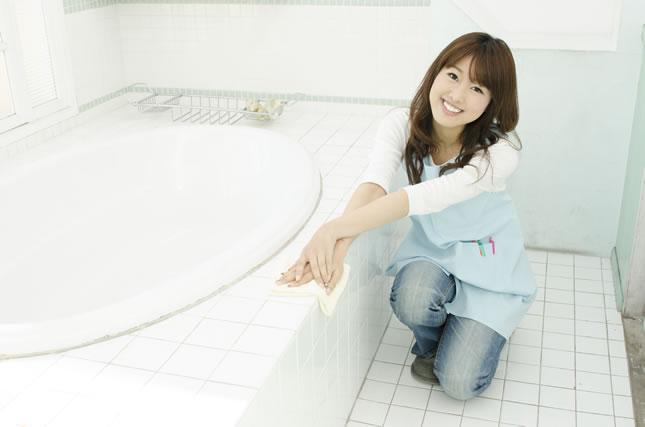 お風呂の掃除をする女性