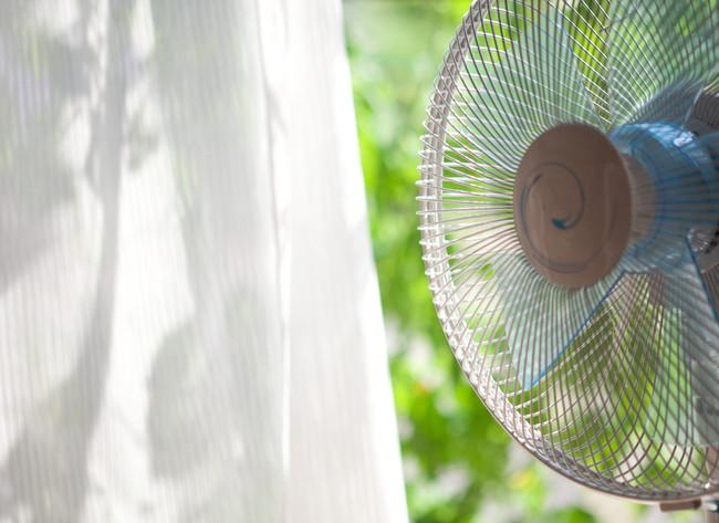 扇風機とカーテン