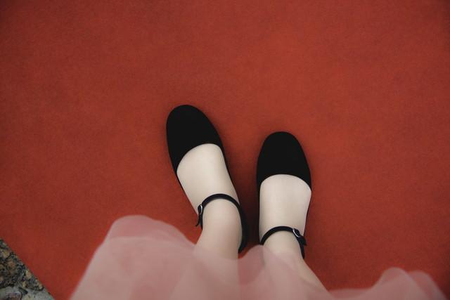 レッドカーペットに立ったピンクのドレスの女性