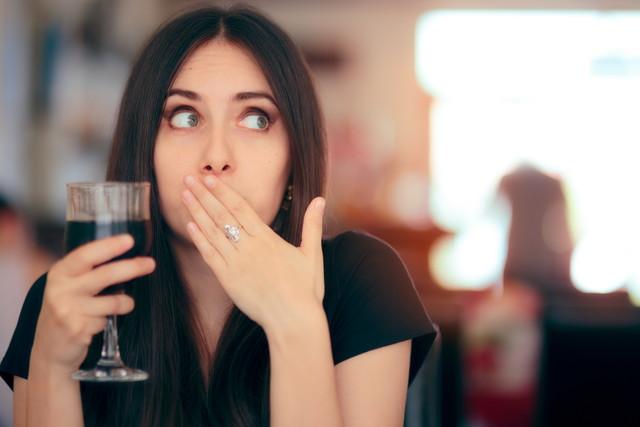 飲料を飲んだ後に反応する面白い女の子