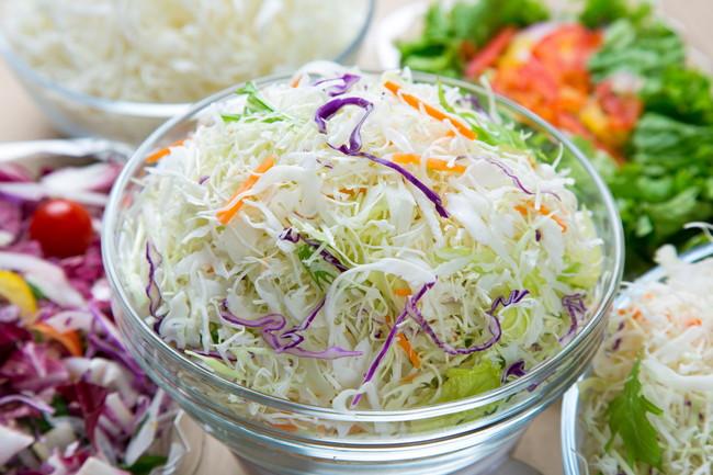 透明なボウル皿とカット野菜