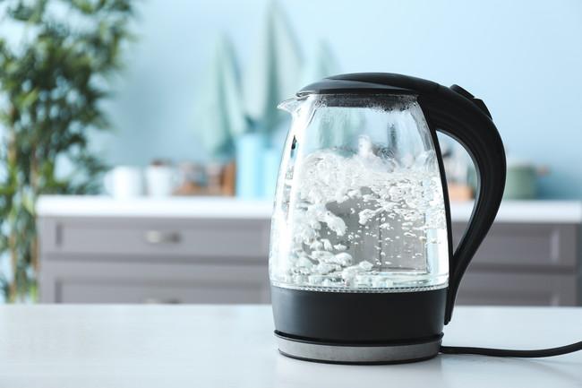 お湯を沸かしている電気ケトル