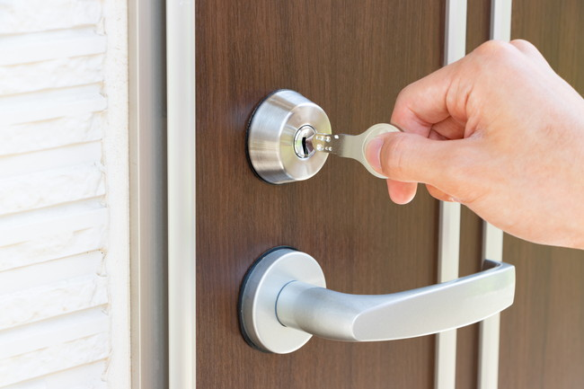 鍵をかける玄関のドア