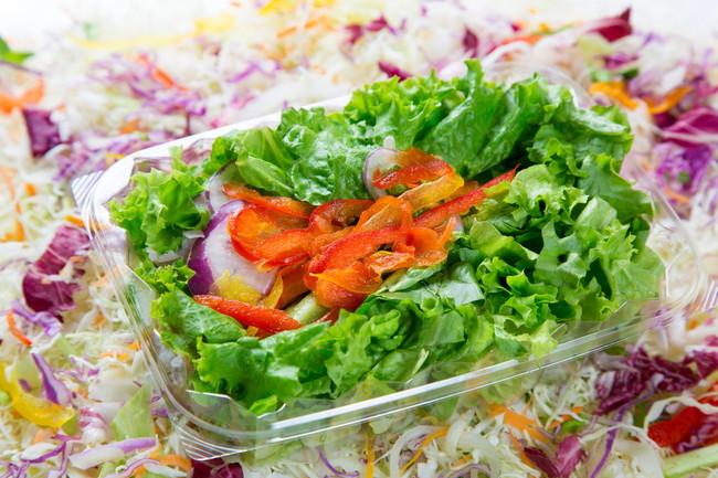 プラスチック製の容器に入ったサラダ