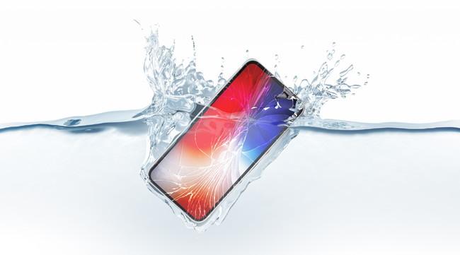水の中に水没したスマートフォン