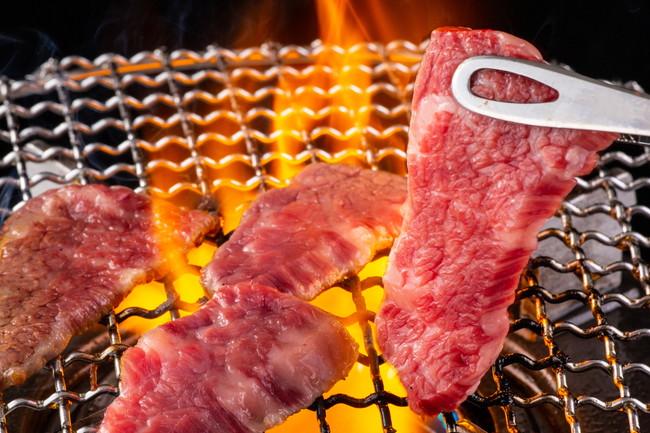 網の上で肉を焼く