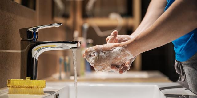 彼女の手を徹底的に洗う女性