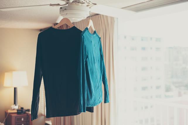 室内に干された長袖シャツ