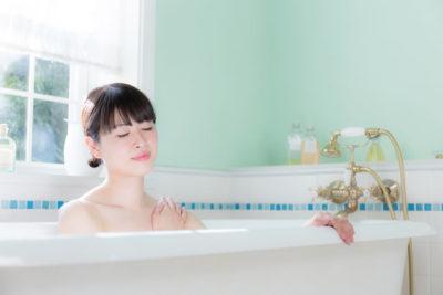 浴槽でくつろぐ女性