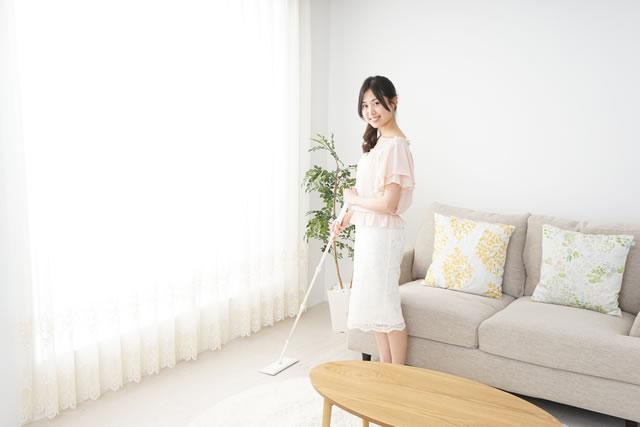 掃除する主婦