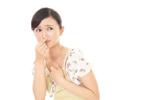 鼻を摘む女性