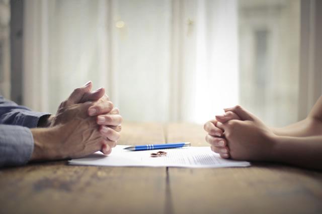 離婚の協議をしている男女