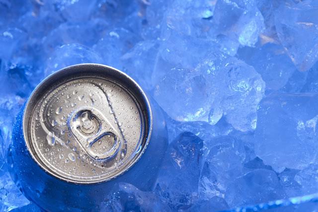 氷漬けになっている缶ジュース