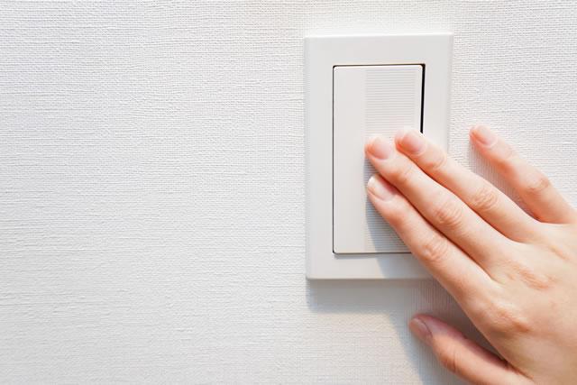 電気のスイッチを押す