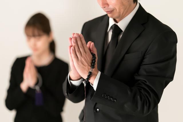 冥福をお祈りしてる男性と女性