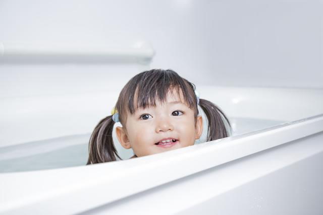 浴槽で笑顔の女の子