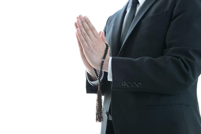 冥福をお祈りしてる男性
