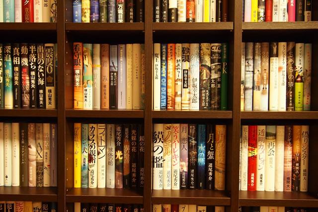 たくさん本の並んだ本棚