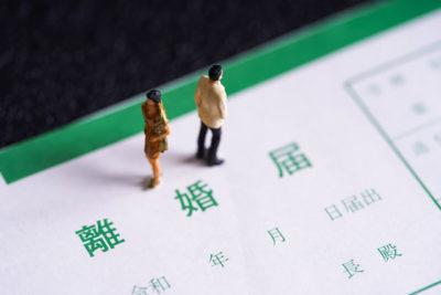 離婚届と男女の人形