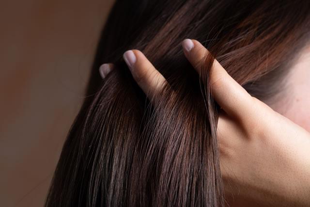 髪を梳かす指