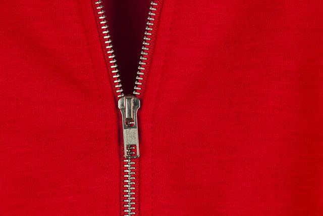 赤い布に付いているファスナー